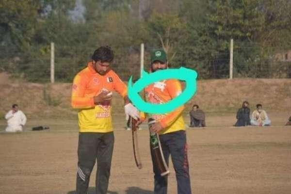 پاکستان میں کرکٹ کھیلنے میں مصروف افغان کرکٹر پاکستانی پرچم برداشت ..