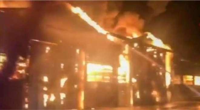 اٹلی کی بندرگاہ پر دھماکوں کے بعد آگ بھڑک اٹھی، گوداموں اور مال بردار ..