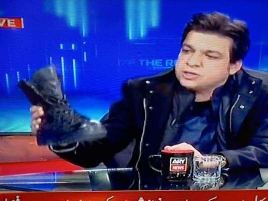 فیصل واوڈا کا بوٹ رکھ کر نجی چینل میں انٹرویو