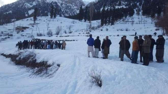 خیبرپختونخوا میں شدید برفباری، سیاحوں کو سفر سے روک دیا گیا