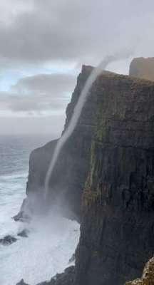 حیرت انگیز  منظر۔ سمندر کا پانی  بہتے ہوئے 470 میٹر اونچی پہاڑی کی چوٹی ..