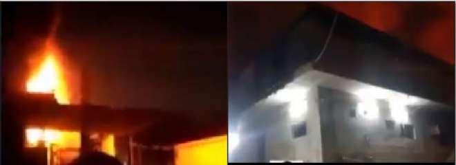کراچی میں فیکٹری میں خوفناک آگ بھڑک اٹھی، فائر بریگیڈ کے پاس آگ بجھانے ..