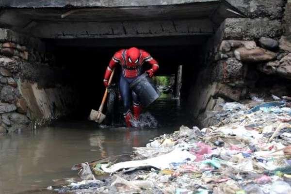 انڈونیشیا کا  حقیقی زندگی کا سپائیڈرمین کوڑا کرکٹ اور پلاسٹک کی آلودگی ..
