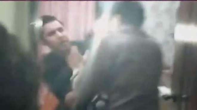 معروف ٹی وی اینکر اقرار الحسن پر پولیس کا حملہ