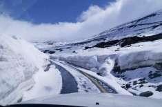 بابو سر ٹاپ پر سال کی پہلی برفباری، راستے بند کردیئے گئے