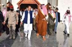 وزیراعظم عمران خان نے سرزمینِ مدینہ منورہ پر قدم رکھنے سے پہلے جوتے ..