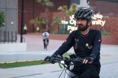 دبئی کے حکمران کا ایکسپو سائٹ کا سائیکل پر دورہ ، ویڈیو وائرل