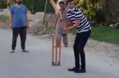 یونس خان کی سٹریٹ کرکٹ کھیلنے کی ویڈیو وائرل