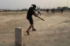 ڈیرن سیمی کے 'ٹیپ بال کرکٹ' کھیلنے کی ویڈیو وائرل