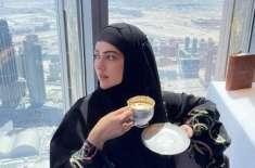 ثنا خان کی سونے کی پرت والی کافی پینے کی تصویر وائرل