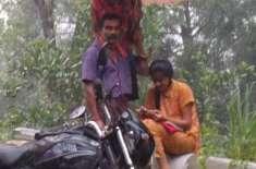 تیز بارش میں بیٹی کو فٹ پاتھ پر آن لائن کلاس دلواتا والد سوشل میڈیا ..