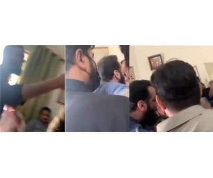 سینئر لیگی رہنما عطا تارڑ کی پولیس افسران سے بدسلوکی اور وردی پر ہاتھ ..