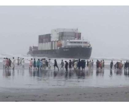 کراچی کے ساحل پر پھنسے بحری جہاز کو نکالنے کے لیے ماہرین کل امدادی کاموں ..