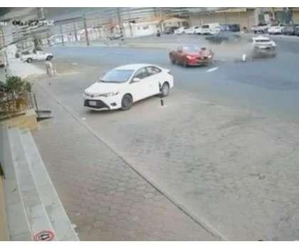 سعودیہ میں دو گاڑیوں کی ٹکر کے بعد ایک گاڑی دُکان میں جا گُھسی