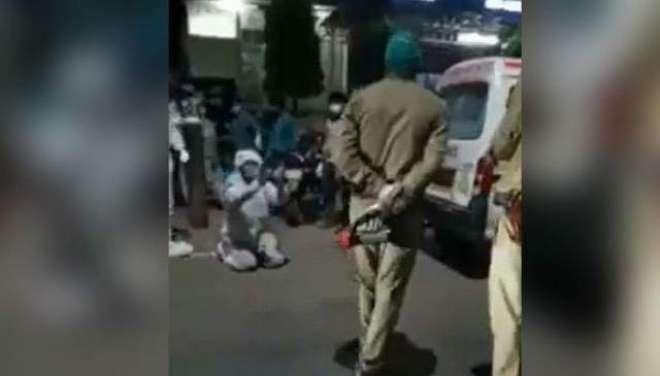 بھارتی پولیس نے نوجوان سے آکسیجن سلنڈر چھین لیا، ماں چل بسی