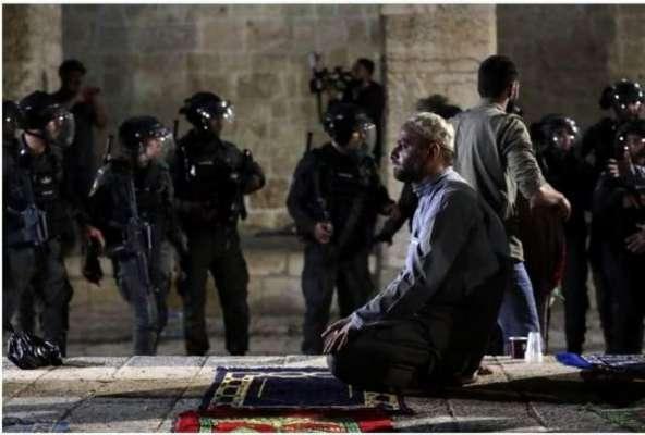 دھماکوں کی گونج کے باوجود بہادر فلسطینوں نے مسجد اقصیٰ میں نماز جاری ..