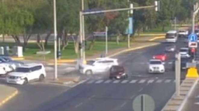 ابوظبی میں ایک ڈرائیور کی سنگین خلاف ورزی نے 5 گاڑیوں کا تصادم کروا ..