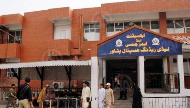 پشاور کے لیڈی ریڈنگ اسپتال میں آئی سی یو بیڈز نہ ملنے پر7 مریض انتقال ..