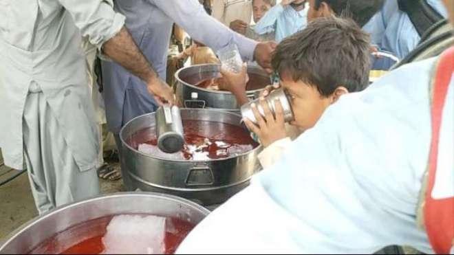 نوجوانوں نے سکول کےبچوں کےلیے شربت کی سبیل کا اہتمام کیا