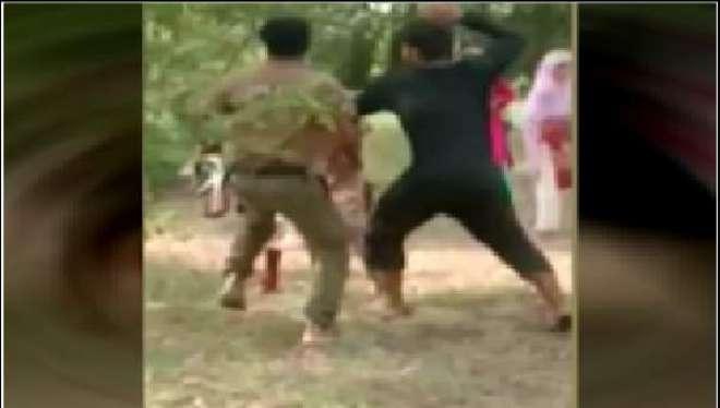 ساہیوال: پولیس اہلکار کا خواتین اور بزرگ شہری پر بدترین تشدد
