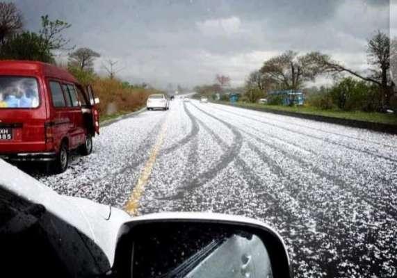گرمیوں میں سردی والا موسم، اسلام آباد اور دیگر شہروں میں موسلادھار ژالہ  باری شہر اقتدار نے برف کی چادر اوڑھ لی، موسم سرد ہو گیا، شہریوں نے سوشل  میڈیا پر تصاویر