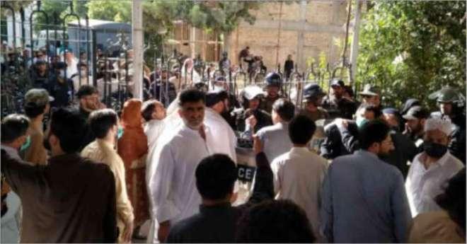 بلوچستان اسمبلی کے باہر پولیس اور اپوزیشن اراکین  کے درمیان ہاتھا پائی، ..