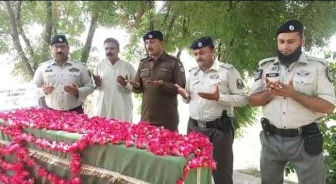 یوم شہداء پولیس پر شہید کانسٹیبل آصف علی شاہ کی قبر پر سلامی پیش کی ..