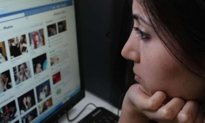 The more women post on Facebook, the lonelier they are