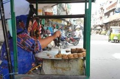 Woman Sells Anda Tikki On Road | Poor Widow Tries Her Best To Feed Her 2 Children