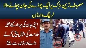 Apni Jaan Ki Parwah Kiye Baghair Ek Chooze Ki Jaan Bachane Wala Traffic Warden