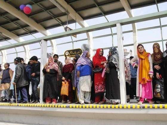 Metro Bus Main Safar Karne Wali Khawateen Ki Tadad Bharne Lagi
