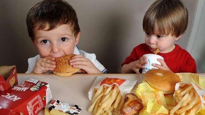 Bachoon Main Fast Food Ki Rughbaat